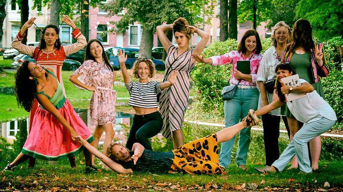 We zien op de foto tien van de veertien vrouwen van het Magnolia Collectief met (vlnr) Mónica Villarroel Celsi, Carola Zegera, Analucia Moreno Concha, Marta Fedele, Nathalie Deschacht, Margot Demeulemeester, Marianne Verkest, Huguette Deloddere, Cecile McNamara en Martha Xucunostli Palma