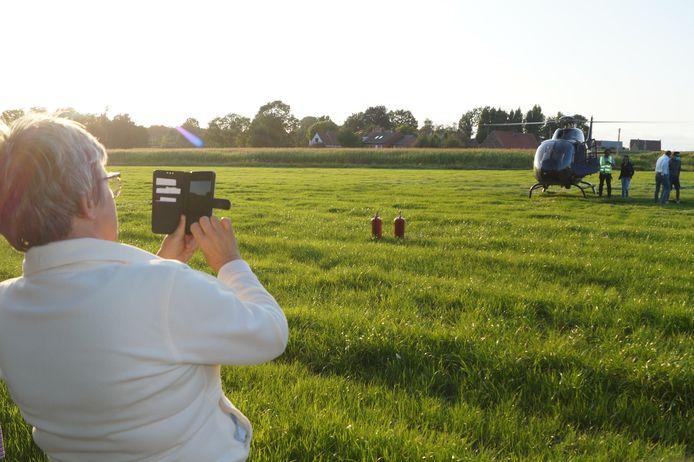 Ook de buurtbewoners genoten mee van de landing van de helikopter.
