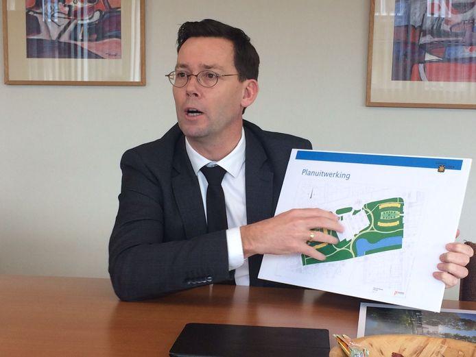 Wethouder Peerenboom legt uit hoe het plan voor huizen in het Sesterpark zijn verdeeld.