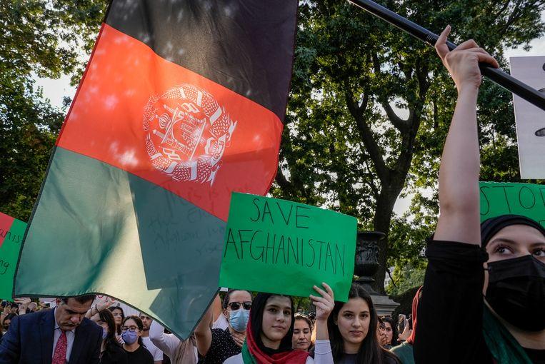 Demonstranten voor het Witte Huis roepen president Biden op Afghanistan te redden. Beeld REUTERS