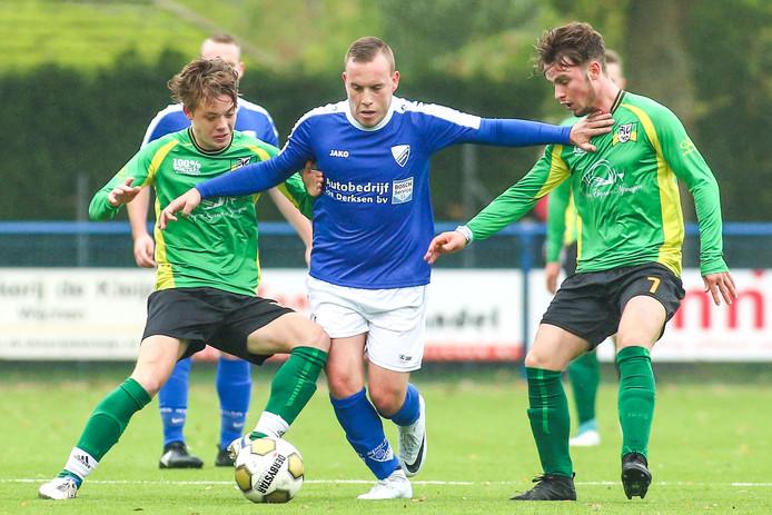 Beeld uit de wedstrijd van het zaterdagteam van BVC'12 (donkere broek) tegen Woezik vorig seizoen.