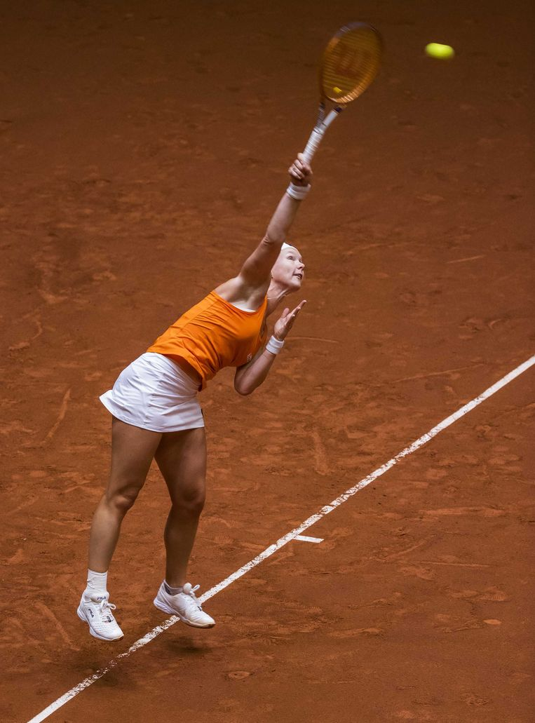 Tennisster Kiki Bertens in actie tegen de Chinese Xinyu Wang tijdens de Billy Jean King Cup. Beeld ANP