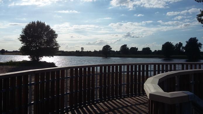 Vanaf een pier is er een mooi uitzicht over de nieuwe natuur en over de Maas.
