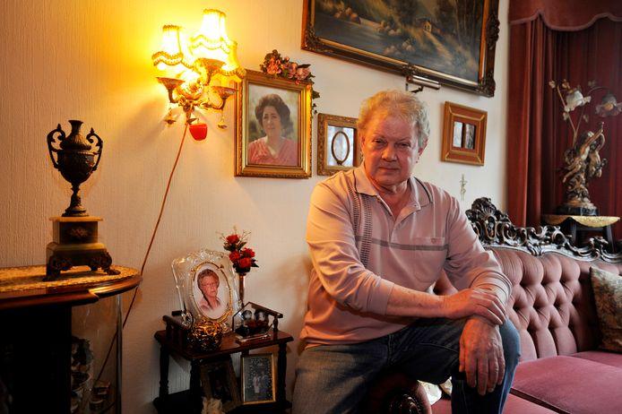 Jan van den Dam in zijn woning te Tilburg, de Zangeres Zonder Naam kijkt toe. Twee weken geleden – Jan voelt het einde naderen – bezocht hij nog haar graf in Stramproy. Een laatste groet.