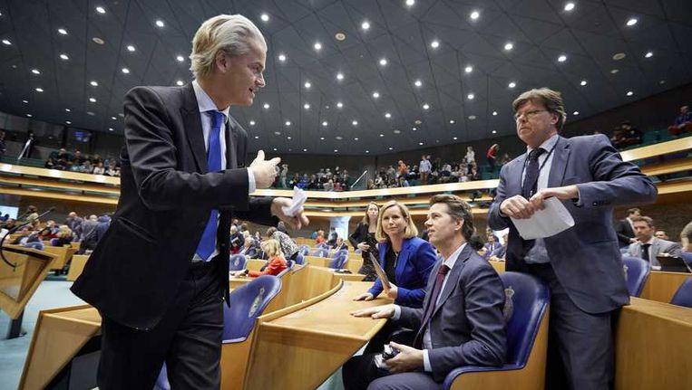 PVV-leider Geert Wilders in gesprek met fractiegenoten (VLNR) Reinette Klever, Martin Bosma en Teun van Dijck na afloop van het vragenuurtje in de Tweede Kamer. Beeld anp