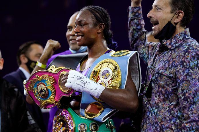 Claressa Shields houdt haar kampioensgordels vast na het verslaan van Marie-Eve Dicaire.