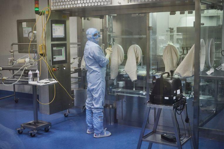 In deze farmaceutische fabriek in het Britse Wockhardt vindt de finale fase van de productie van het AstraZeneca/Oxford-vaccin plaats. Vervolgens wordt het verpakt en verdeeld. Beeld BELGAIMAGE