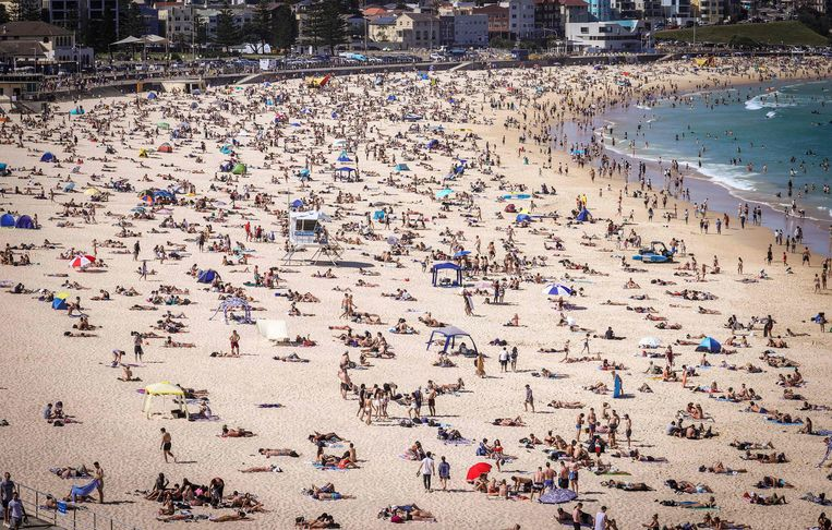 Het bekende strand Bondi Beach in Sydney. Europeanen die dromen van een reisje naar Australië zullen hun plannen wellicht nog even in de koelkast moeten steken. Beeld AFP