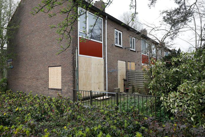 Foto ter illustratie. Dichtgetimmerde ramen en deuren nadat vluchtelingen leegstaande woningen in Amsterdam probeerden te kraken.
