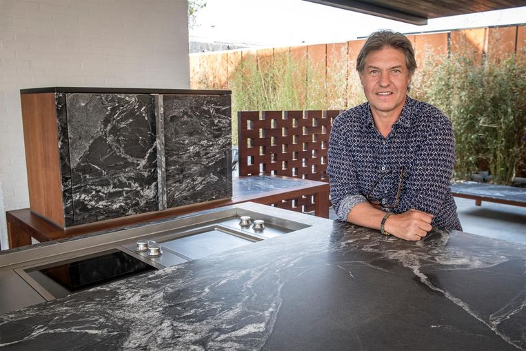 Kurt Velghe van Credendo+ bij een zelf ontworpen buitenkeuken.