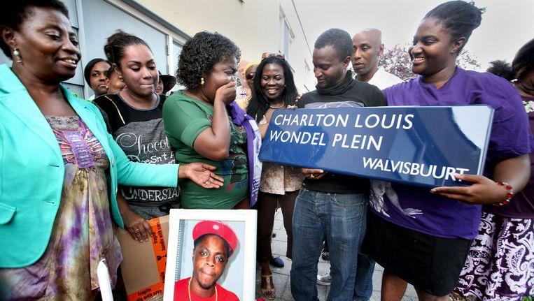 De zus van de doodgeschoten Charlton Louis Wondel schonk haar moeder Astrid september vorig jaar het naambord voor het trapveldje. Beeld Jean-Pierre Jans (www.jeanpierrejans.nl)