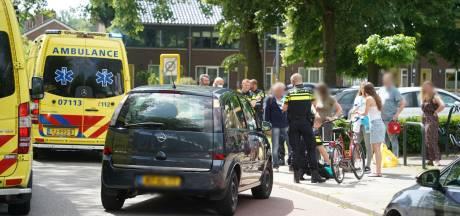 Automobilist toetert om overstekende vrouw te waarschuwen: vrouw schrikt zich rot en valt