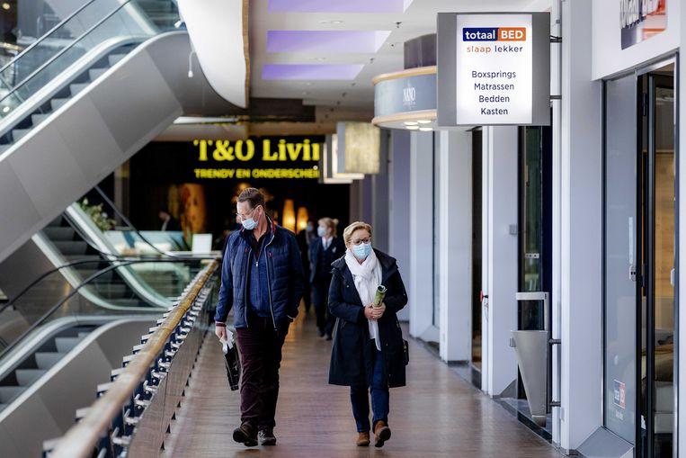 Winkelend publiek bezoekt traditiegetrouw op Tweede Paasdag de Woonmall Alexandrium in Rotterdam. Op afspraak en volgens de richtlijnen van het RIVM mag de woonboulevard klanten ontvangen. Beeld ANP