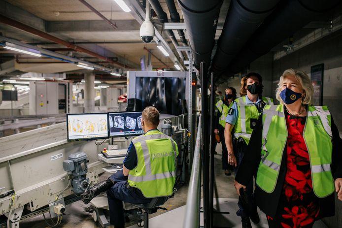 Burgemeester Schuurmans van de Haarlemmermeer (r) op werkbezoek bij de douane.