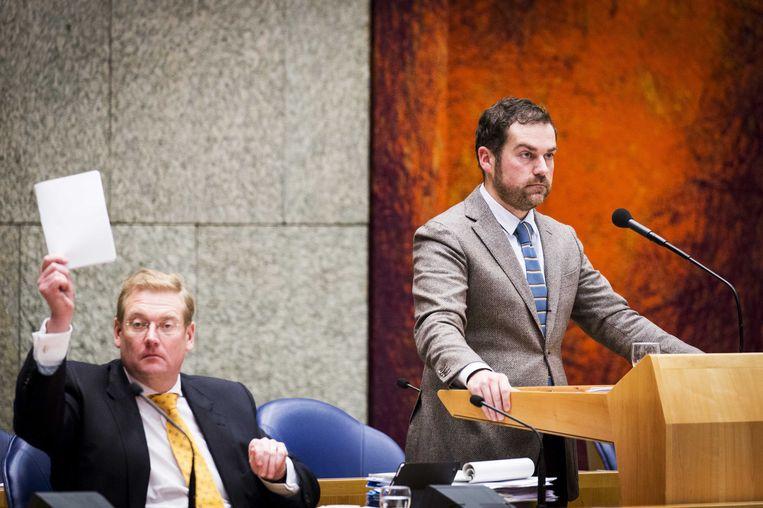 Als Kamerleden keken Ard van der Steur en Klaas Dijkhoff op de dag van Opsteltens aftreden op het ministerie 'politiek' mee. Beeld ANP