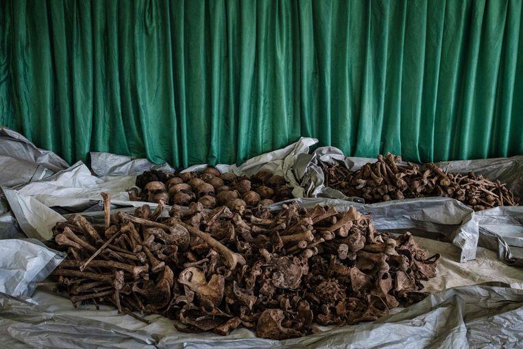 Opgegraven botten en schedels van slachtoffers uit een onlangs ontdekt massagraf van de genocide in Rwanda.  Beeld AFP