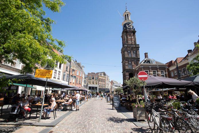 Horecagelegenheden op de Groenmarkt in Zutphen in betere tijden, toen afgelopen juni de horeca weer even open mocht.