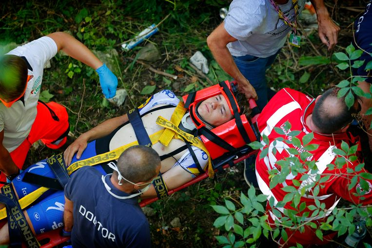 Evenepoel wordt op een draagberrie voorzichtig uit het ravijn getild. Hij bleef de hele tijd volledig bij bewustzijn. Beeld Photo News