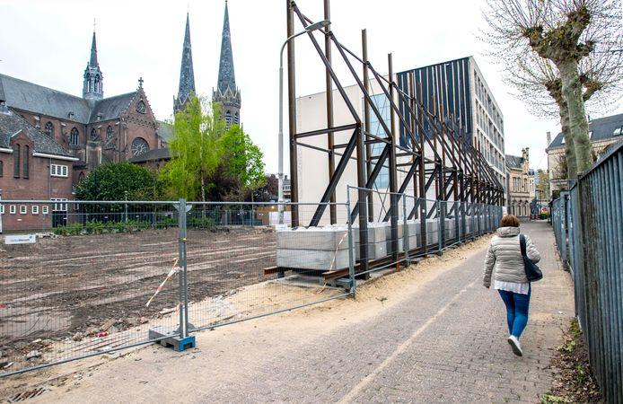 """De gevels zijn verdwenen, de constructie die ze overeind moest houden staat er nog wel. ,,Onze zusteronderneming de Bonth van Hulten (restauratie/renovatie - red.) gaat de gevels herbouwen."""""""