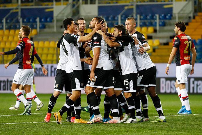 Graziano Pellè wordt gefeliciteerd door zijn teamgenoten na zijn prachtige omhaal tegen Genoa, maar Parma verliest opnieuw.