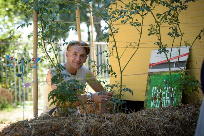 EINDHOVEN - Paul van Hedel teelt groente op strobalen
