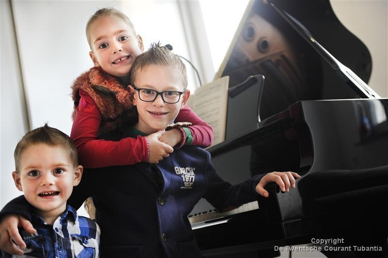 Evander (midden) met zijn zus en broertje