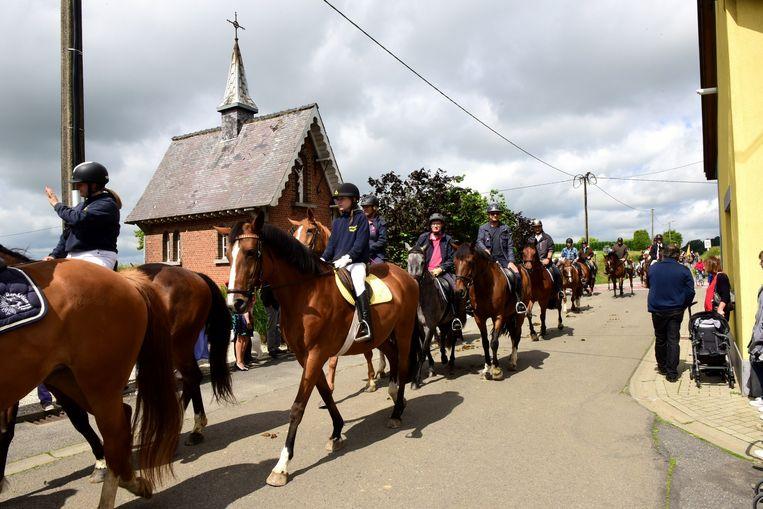 Heel wat ruiters met hun paarden in de processie.