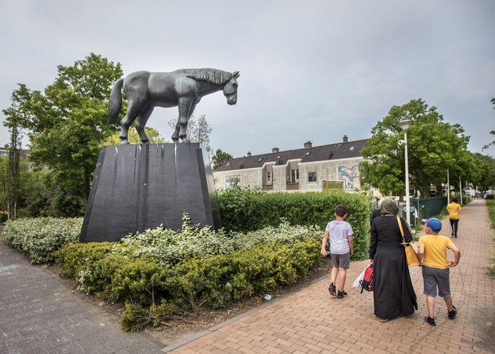 Hannemanplantsoen Paard van de Schilleboer (Schillepaard), beeld in de Schilderswijk van kunstenaarskoppel Axel & Helena van der Kraan.