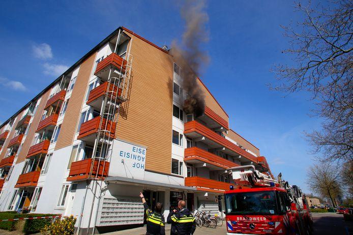 Het zou gaan om een keukenbrand op de derde etage.