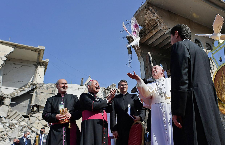 Paus Franciscus geeft een witte duif de vrijheid. De kerkleider bracht een driedaags bezoek aan Irak.  Beeld AFP