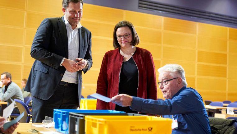 Fractievoorzitter Andrea Nahles and secretaris-generaal Lars Klingbeil bekijken het tellen van de stemmen. Beeld epa