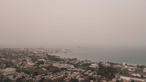 De stofwolk over de stad Bridgetown op Barbados.