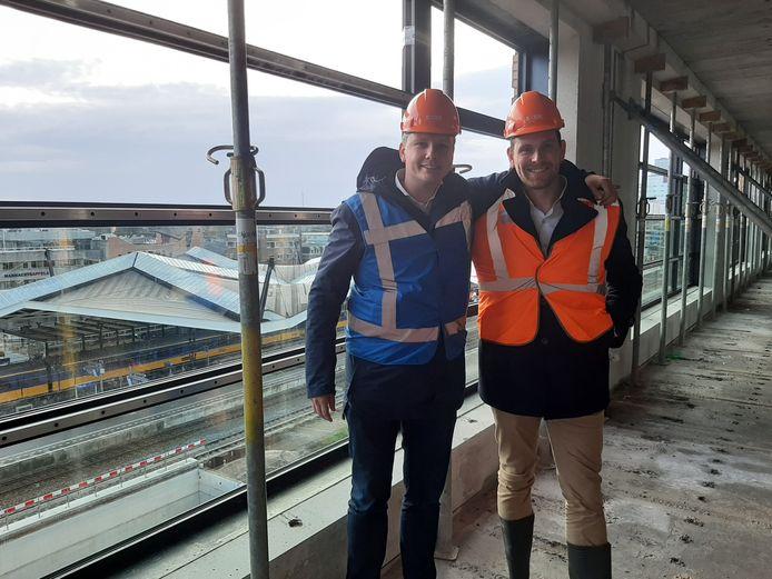 Building Blocks-eigenaren Alexander van Eerden (links) en Merwin de Jongh kijken op de op één na hoogste etage van Plan-t straks uit over het station, het gebied tot aan Westpoint en het dak van de LocHal.