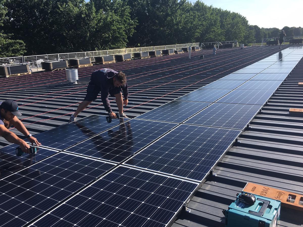 Plaatsing van de zonnepanelen op de gemeentewerf in Deurne.