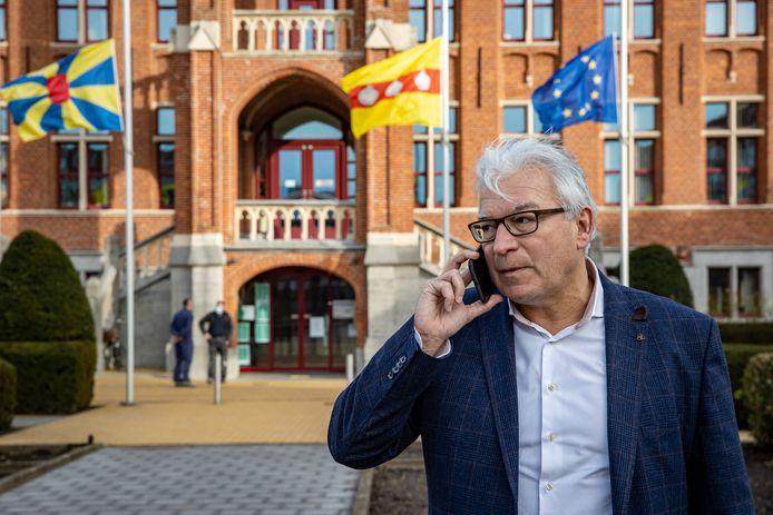 Piet De Groote aan het stadhuis. Hij wordt de nieuwe burgemeester van Knokke-Heist.