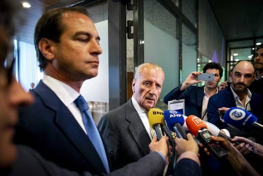 Theo Hiddema (FvD, midden op de foto) gaf eerder in de Tweede Kamer ook al uitleg aan de pers over de kwestie-Otten.