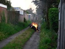 Scooter vliegt in brand achter woningen in Almelo