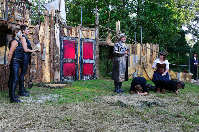 voorstelling de storm door theatergroep de stuiter op lokatie almbos[foto ricardo smit].