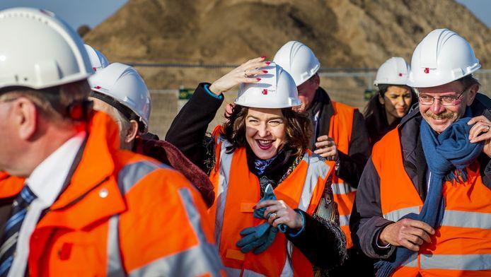 Kamervoorzitter Anouchka van Miltenburg tijdens een werkbezoek aan het bouwproject 'Nijmegen omarmt de Waal' in 2014