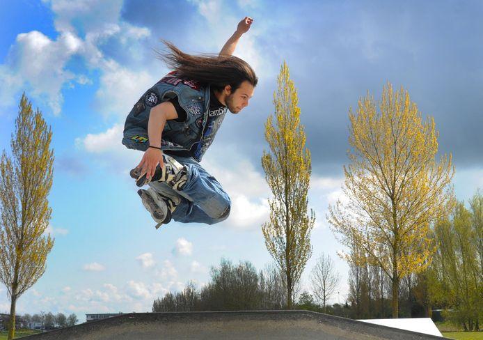 """Owen Glansdorp doet een indie grab. ,,Nu het skatepark weer tijdelijk open is, kom ik hier elk weekeinde."""""""