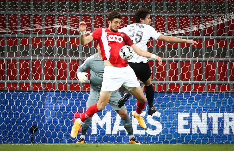 Felipe Avenatti in duel met een van de spelers van Bala Town, die zich kranig weerden. Beeld BELGA