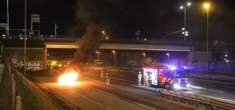 Flinke rookwolken bij autobrand Zoetermeer: auto tijdens het rijden in brand gevlogen
