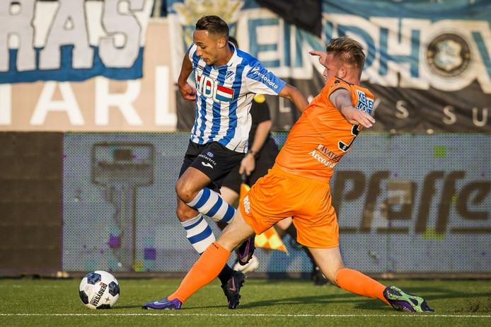 Duel met (L-R) Eindhoven speler Daoud Bousbiba en Volendam speler Paul Kok.