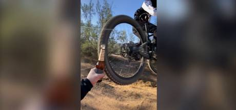 Un vététiste décapsule une bouteille de bière en plein saut