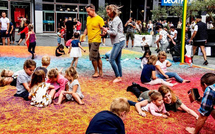 Het zand van het kunstwerk 'Pitch of Colored Sand' kon na Kaapstad gratis opgehaald worden.