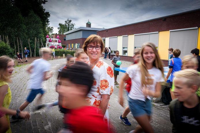 Pieta Kronemeijer gooit het roer om en neemt afscheid van juf bij CBS De Koperwiek om een nieuw leven in Afrika op te bouwen. De school heeft een sponsorloop gehouden voor een goed doel van haar.