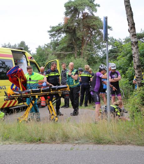 Twee groepen wielrenners botsen op elkaar in Hooge Mierde