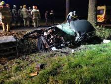 Bestuurder bekneld in auto na botsing tegen boom in Bennekom