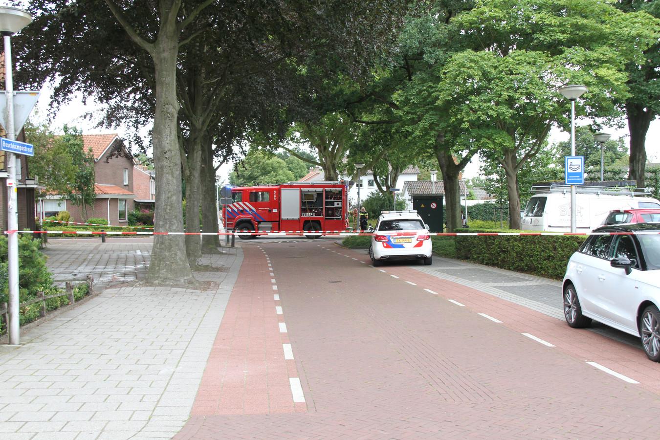 De Boschkampstraat in Holten werd dinsdagmiddag gedeeltelijk afgezet met een lint, nadat een gaslek was geconstateerd.