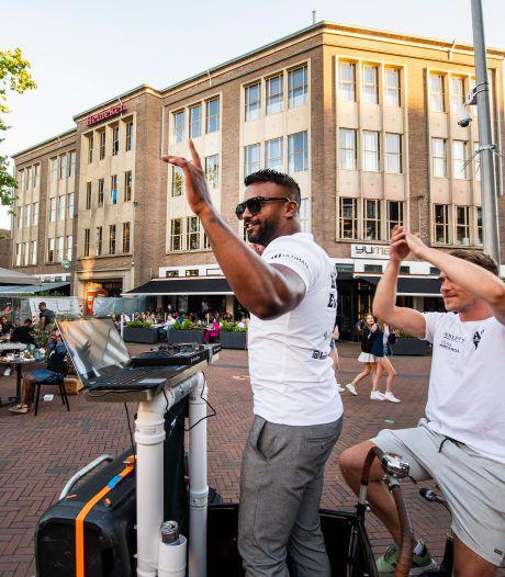 Apeldoornse terrassen verrast met muziek vanuit bakfiets door dj Joost: 'Het mag niet, maar ja...'